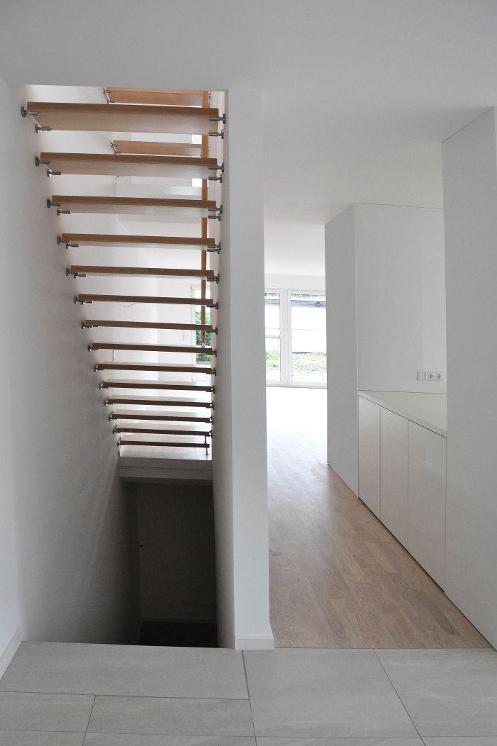 Erdgeschoss mit Kellertreppe und Treppe ins 1. OG
