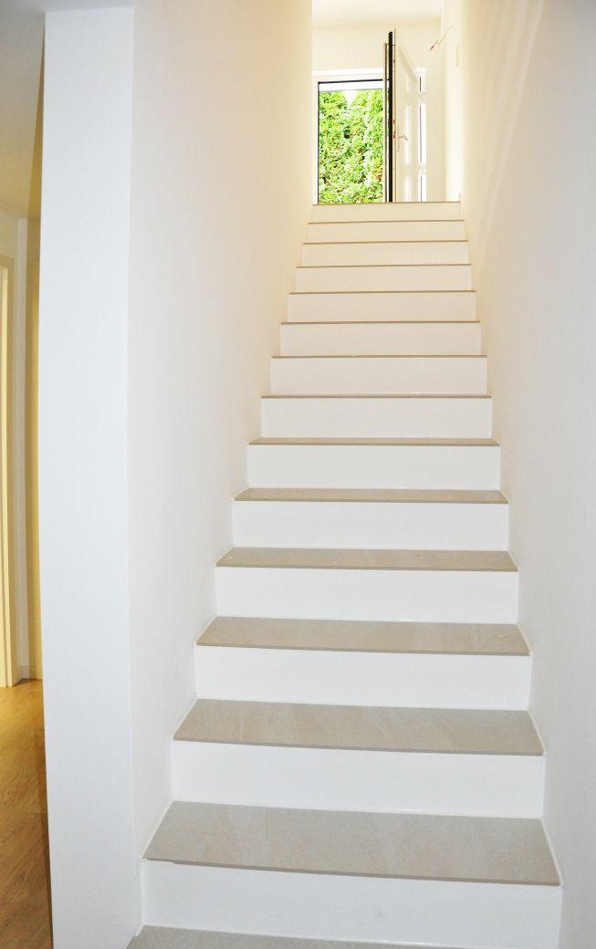 Treppe von unten - hell und weiß