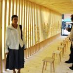 Schauholz Ausstellungsobjekt: Besucher München