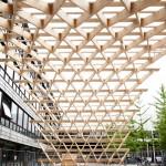 Bogentragwerk der Holzkonstruktion für eine Halle