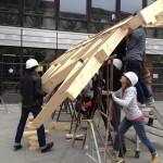 Studenten beim Aufbau der Testkonstruktion: Holzbau