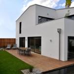 Terrasse, Teich und Seitenansicht Mehrfamilienhaus München